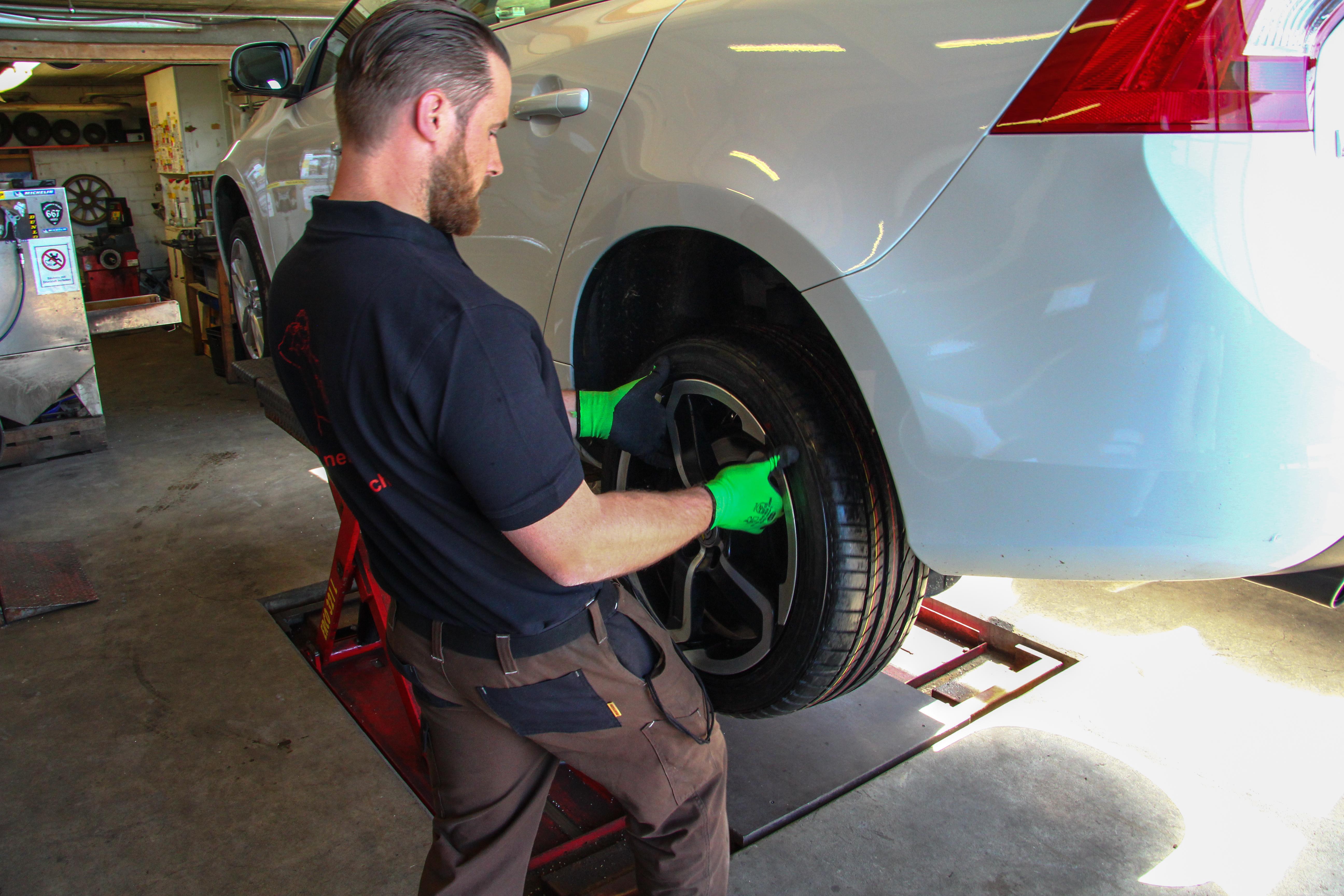 Pneuhaus Bucher AG am Reifen wechseln